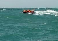 Cứu 10 người nước ngoài trôi giữa biển vì tàu chìm