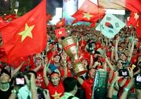 Cúp vàng ăn mừng bàn thắng của tuyển VN  trên phố đi bộ