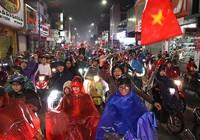 Khách tây dầm mưa cùng dân Huế mừng Việt Nam vô địch AFF Cup