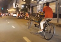 Người đàn ông chạy xích lô bằng 2 bánh 'đi bão' ở Sài Gòn
