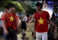 Những người trẻ lặng lẽ ở lại phố đi bộ Nguyễn Huệ dọn rác