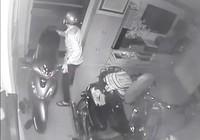 Camera ghi cảnh trộm vào nhà dắt 3 xe máy ở quận 1