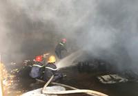 Hỏa hoạn dữ dội ở chành xe tại Hóc Môn,