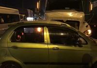 Container húc văng ô tô 4 chỗ, 3 người trong xe hoảng loạn