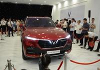Đội mưa mua xe tại lễ ra mắt và mở bán xe VinFast tại TP. HCM