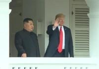 Hai nhà lãnh đạo Trump-Kim đứng ở ban công vẫy chào phóng viên