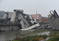 Quang cảnh vụ sập cầu cao tốc tại thành phố Genoa của Italy