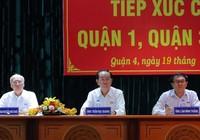 Chủ tịch nước tươi cười bắt tay cử tri TP.HCM