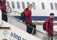 Cầu thủ Liverpool buồn bã, Karius che mặt bước xuống máy bay