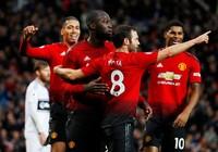 Man. United bùng nổ trên sân nhà, Arsenal thắng chật vật
