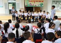Nhà báo mang Trung thu đến học sinh nơi đảo xa