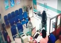 Kẻ cướp ngân hàng luôn có súng, hung khí nguy hiểm