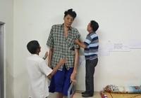 Người cao 2,5 m đã giảm bệnh, gượng đứng