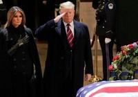 Tổng thống Trump và đệ nhất phu nhân viếng linh cữu Bush cha