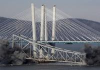 Cầu New York bị bom đánh sập trong tích tắc