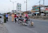 Cụ bà 70 tuổi chạy xe đạp tự té xuống đường bất tỉnh