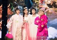 """Hoa hậu Tiểu Vy """"nhập vai"""" diễn rơi cả mic trên sân khấu"""