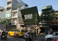 Biển quảng cáo đổ đè trụ điện ở công trình đang tháo dỡ