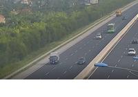 Ô tô con dừng xe giữa cao tốc, suýt bị xe buýt tông