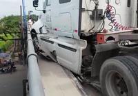Container gây tai nạn, suýt lao từ cầu vượt xuống đường