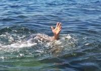 Ra nơi tàu cá chìm chơi, 2 anh em bị cuốn trôi