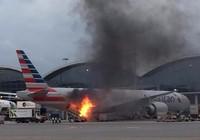 Đứng tim khi xe hàng bốc cháy sát đuôi máy bay