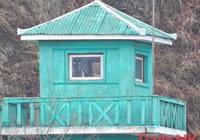 Biên phòng Triều Tiên qua biên giới mượn điện thoại?
