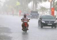 Mưa lớn ngập đường, giải cơn đại hạn mặn tại Hậu Giang