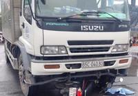 2 nam sinh bị xe tải kéo lê trên đường