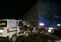 Ô tô dính chặt vào đuôi xe tải sau cú tông