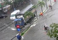 Mưa lớn biến đường phố Cần Thơ  thành sông