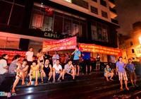 Bị cắt điện nước, cư dân căng băng rôn phản đối Kinh Đô