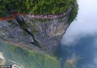 Sởn da gà với đường mòn trong suốt bao quanh núi tại Trung Quốc