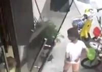 Video: Thót tim khi cửa kính rơi ập vào đầu bé trai