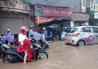Hà Nội nhiều phố biến thành 'sông' sau cơn mưa kéo dài