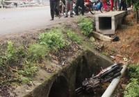 Phát hiện thi thể cô gái cùng xe máy dưới miệng cống nước