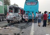 Xe du lịch đâm đuôi xe khách, 11 người nhập viện