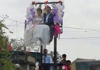 Chú rể mạo hiểm rước dâu bằng xe nâng hàng