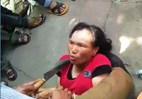 Dân dí dao nhọn vào cổ phụ nữ tra khảo 'bắt cóc trẻ em'