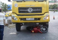 Mẹ nguy kịch, con 3 tuổi tử vong dưới bánh xe tải