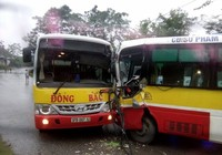 2 xe buýt đối đầu, tài xế bị thương, hành khách hoảng