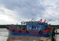 Hàng trăm người dân chung tay cứu 2 tàu cá trên biển