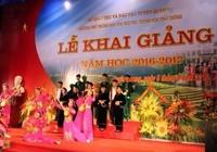 Ông Nguyễn Thiện Nhân phỏng vấn học sinh tại lễ khai giảng