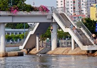 Cảnh báo: Trẻ em Sài Gòn nhảy cầu mạo hiểm