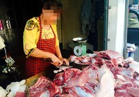 Độc chiêu ăn bớt: Bà chủ hàng thịt lột tiền khách quen