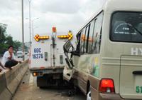 Không thấy đường vì bụi mù mịt, xe khách tông xe… dọn vệ sinh