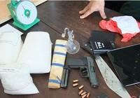 Lái xe hơi, mang súng K54 đã lên đạn chở… ma túy đi bán