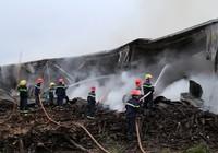 Huy động hàng trăm cảnh sát chữa cháy kho chứa gỗ dăm