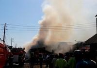 Cháy liên hoàn ba doanh nghiệp đồ gỗ, hàng trăm công nhân hoảng loạn