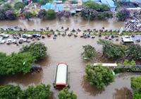 Hà Nội ngập nặng sau trận mưa lớn, giao thông rối loạn